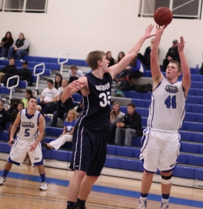 Hans Miersma tries to block the shot of Jesse Dykstra